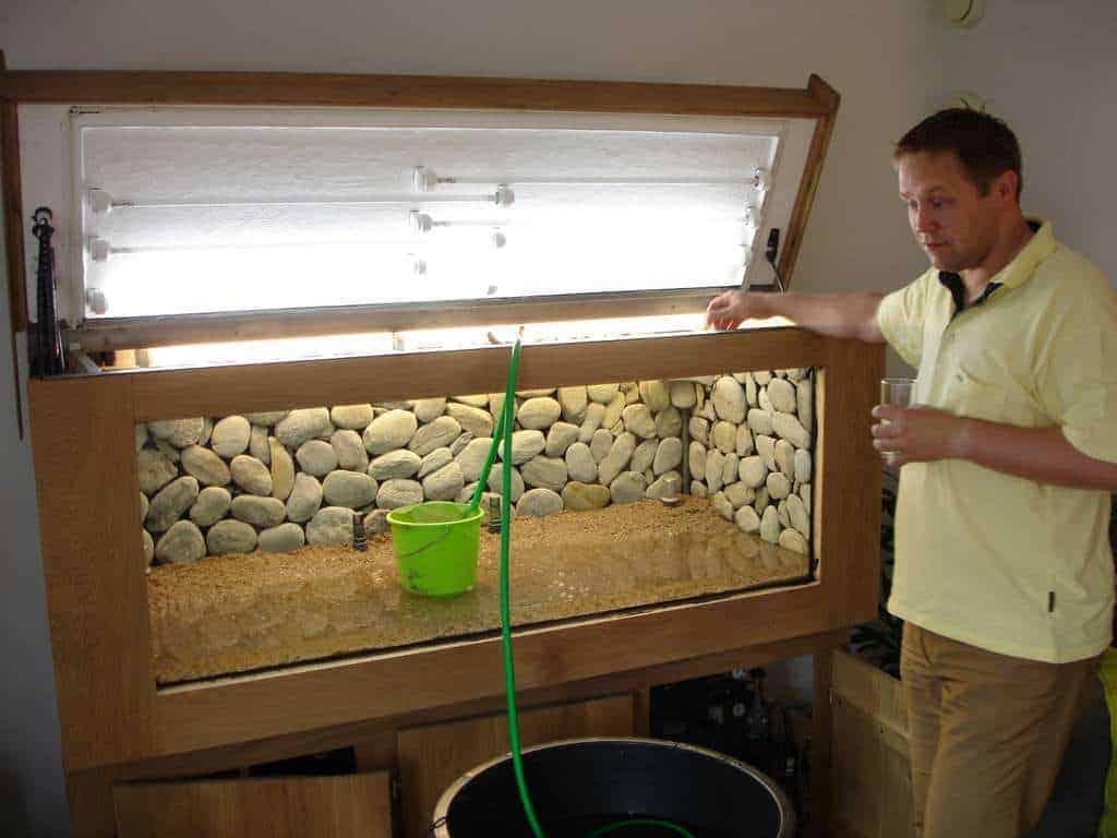 Het aquarium wordt nu volledig gevuld met water