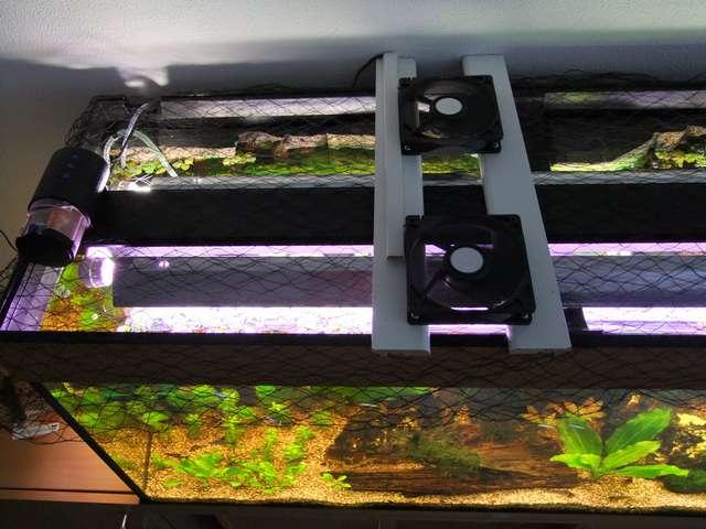 De aquariumventilators boven het aquarium