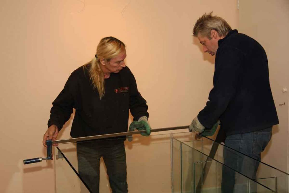 Aquarium wordt vastgezet met lijmtang